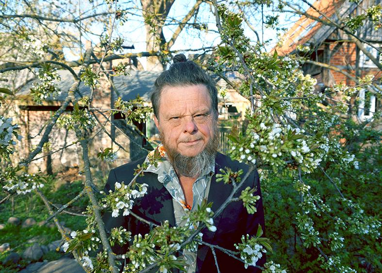 Tom Liwa unter Kirschbaum